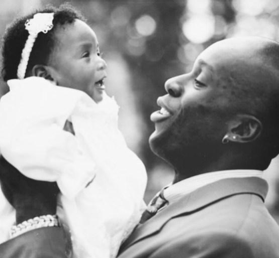 Bruny Surin prend sa fille Katherine dans ses bras, alors bébé