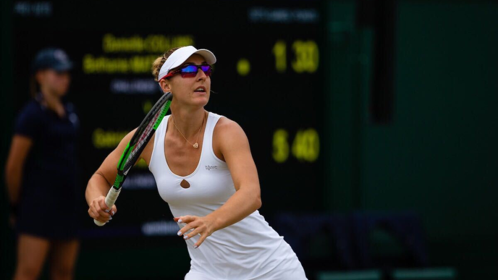 Une joueuse de tennis se positionne pour effectuer un coup droit