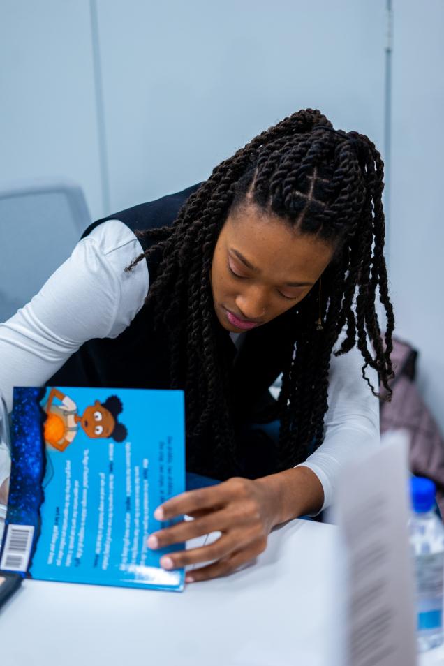 Kayla Alexander autographie un de ses livres