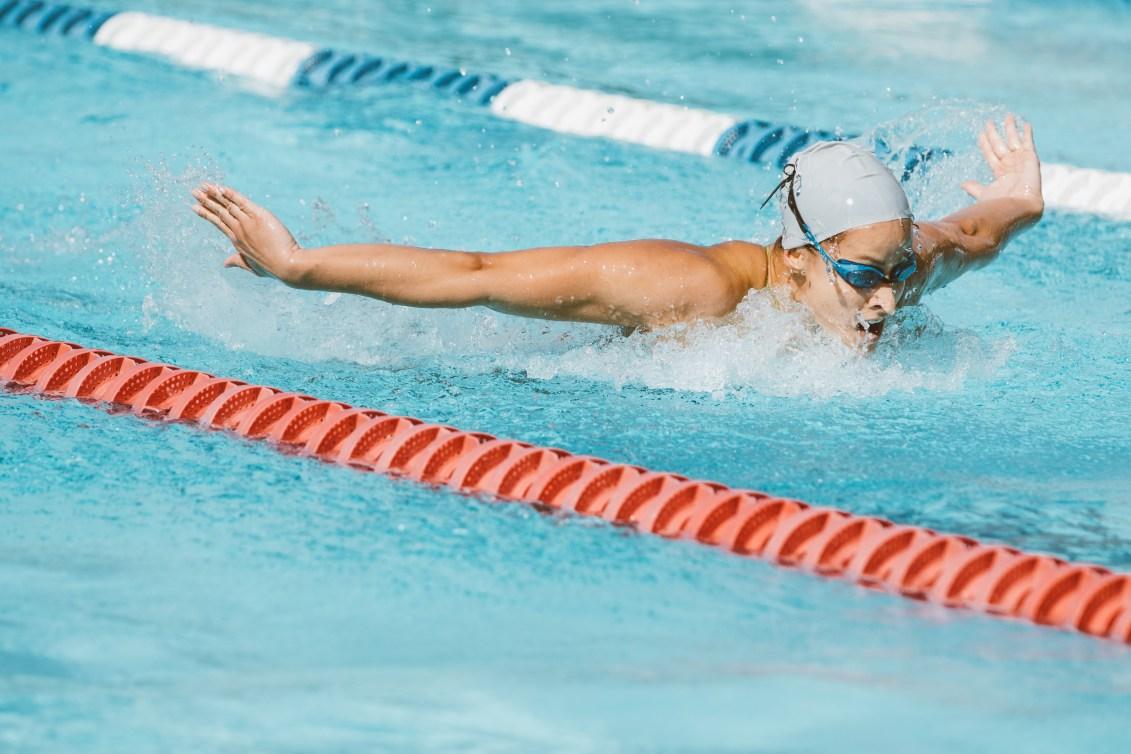 Katerine Savard fait de la nage papillon