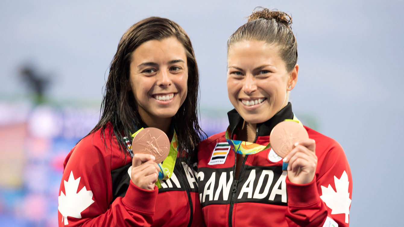 Meaghan et Roseline posent avec leur médaille.