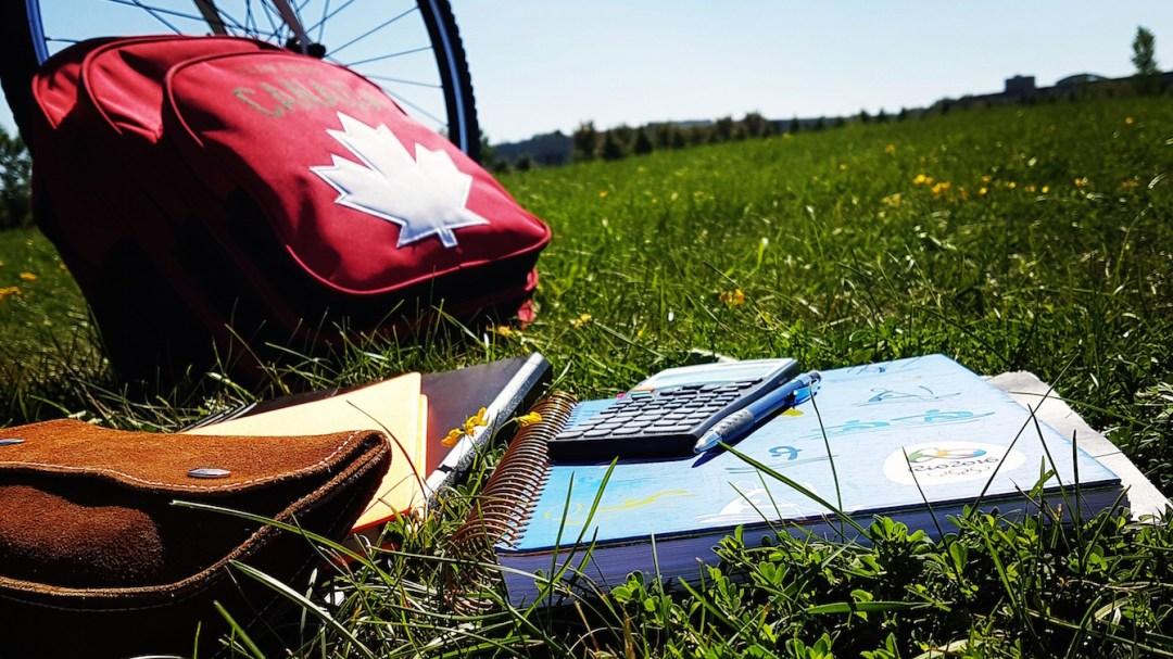 Un sac à dos équipe Canada et des livres d'école