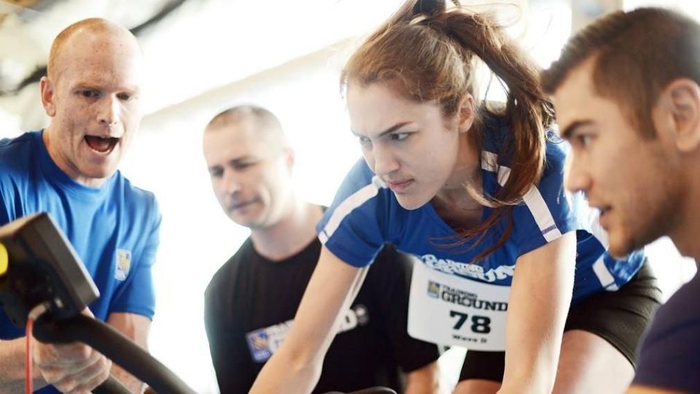 Une athlète en action sur le vélo stationnaire au Camp des recrues RBC