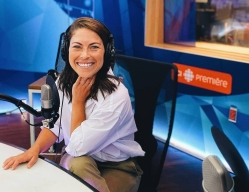 Roseline Filion, souriante, devant un micro dans un studio de radio.