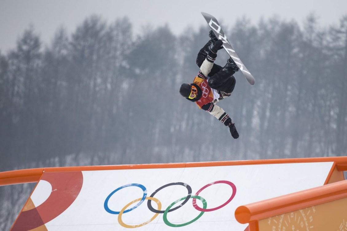 Sebastien Toutant en suspension dans les airs pendant un saut