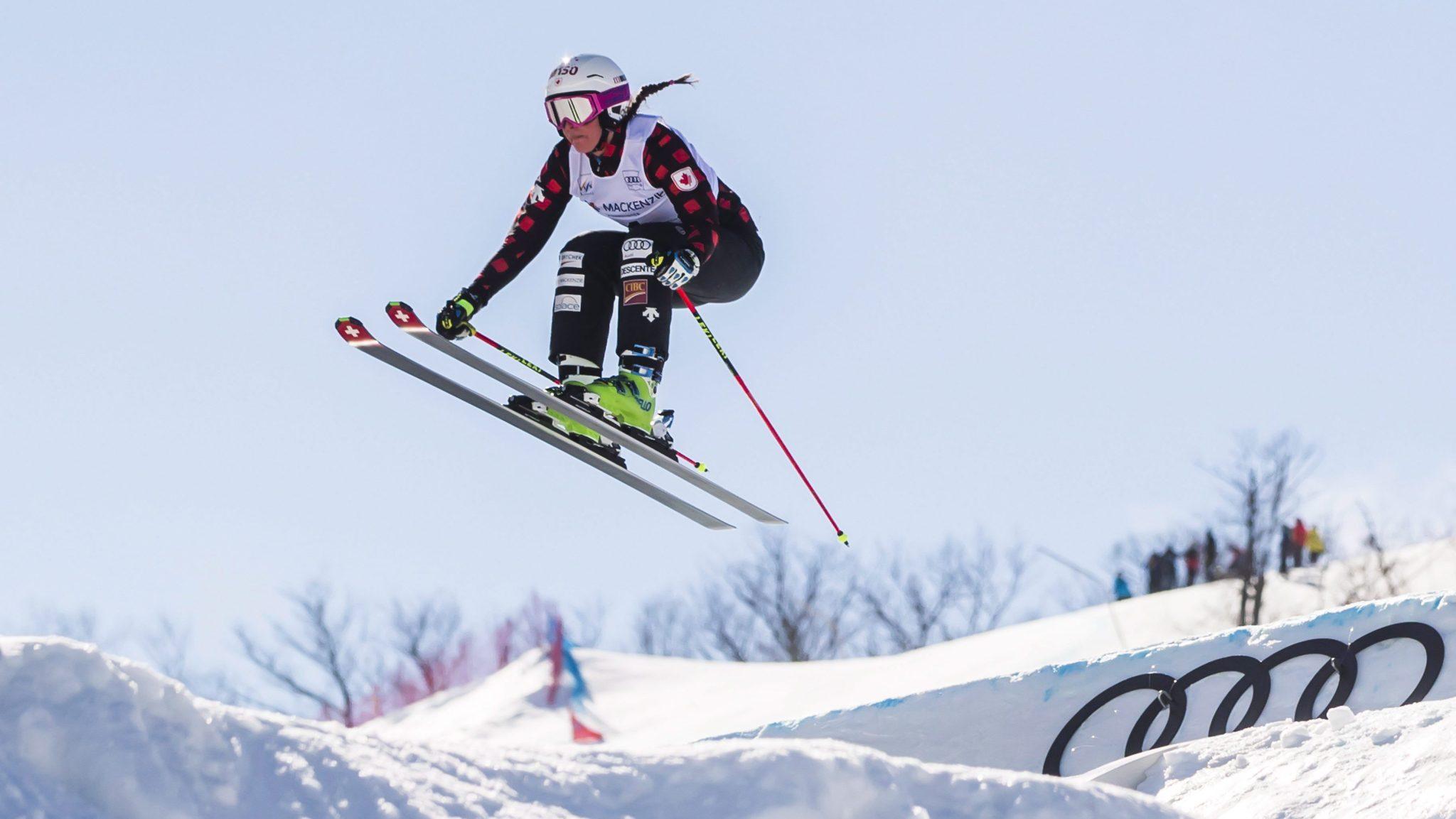 Marielle Thompson d'Équipe Canada en plein saut lors d'une séance d'entrainement de la Coupe du monde FIS de ski cross for à Blue Mountains, en Ontario le samedi 4 mars 2017.