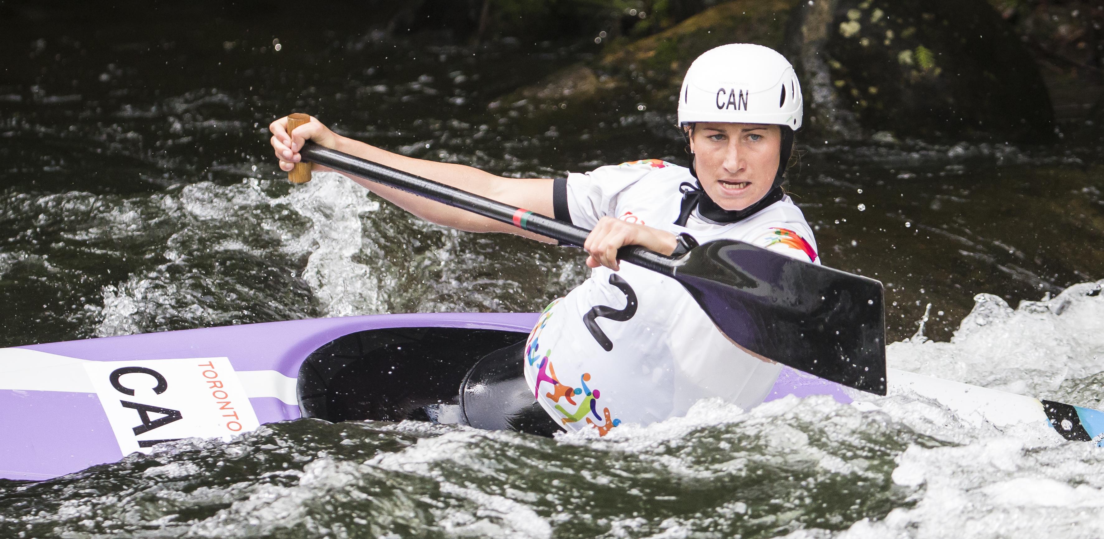 Haley Daniels pagaie dans l'épreuve de canoë-kayak slalom féminin au Jeux panaméricains à Minden, Ontario le 18 juillet 2015.