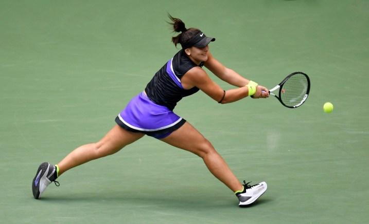 La Canadienne Bianca Andreescu renvoie la balle à l'Américaine Serena Williams lors de la finale en simple chez les femmes du US Open le samedi 7 septembre 2019 à New York.