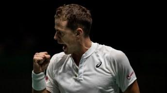 Vasek Pospisil du Canada célèbre son point obtenu lors d'un match de tennis de la Coupe Davis contre l'Italien Fabio Fognini à Madrid, en Espagne le 18 novembre 2019.