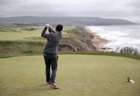 Un golfeur frappe une balle