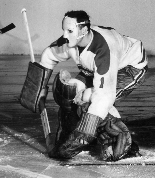 Jacques Plante en pleine action portant son masque de gardien de but en 1959 dans un match contre les Toronto Maple Leafs.