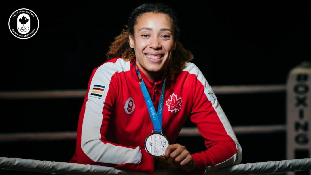 La boxeuse canadienne Tammara Thibeault porte sa nouvelle médaille d'argent de Lima 2019 à Montréal le mardi 3 novembre 2020.