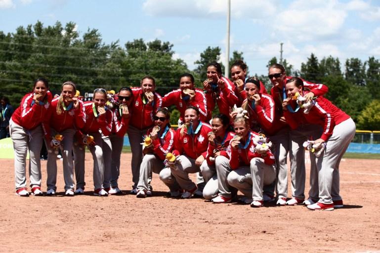 Équipe Canada reçoit sa médaille d'or après leur victoire 4-2 contre les États-Unis au President's Choice Ajax Pan Am Ballpark, le 26 juillet 2015.