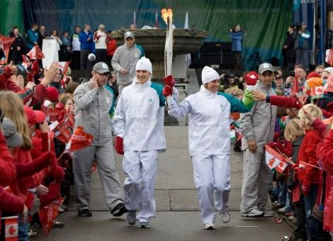 Catriona Le May Doan, à droite, et Simon Whitfield, sont les premiers porteurs du flambeau à Victoria, en Colombie-Britannique, le vendredi 30 octobre 2009. La flamme olympique qui a voyagé depuis Olympie à Athènes va maintenant démarrer un voyage de 106 jours à travers le Canada. Le relais se terminera à Vancouver le 12 février 2010 pour marquer le début des Jeux olympiques d'hiver de 2010 à Vancouver. (Photo: LA PRESSE CANADIENNE / Jonathan Hayward)