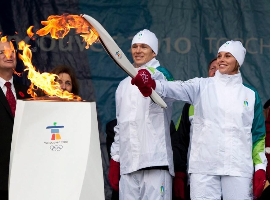 Catriona Le May Doan, à droite, et Simon Whitfield allument le flambeau du chaudron communautaire de Victoria, en Colombie-Britannique, le vendredi 30 octobre 2009. La flamme olympique qui a voyagé depuis Olympie à Athènes va maintenant démarrer un voyage de 106 jours à travers le Canada. Le relais se terminera à Vancouver le 12 février 2010 pour marquer le début des Jeux olympiques d'hiver de 2010 à Vancouver. (Photo: LA PRESSE CANADIENNE / Sean Kilpatrick)