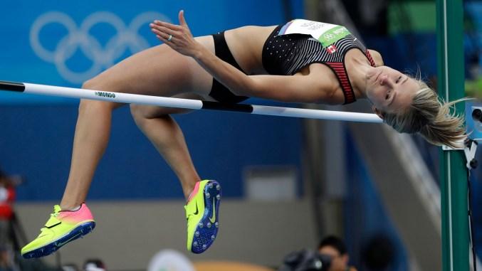 Une sauteuse en hauteur passe par dessus la barre aux Jeux olympiques de Rio 2016