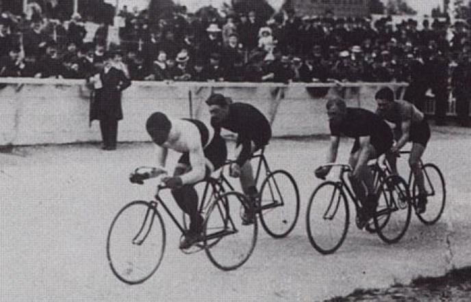 Des cyclistes lors d'une course à Paris en 1908