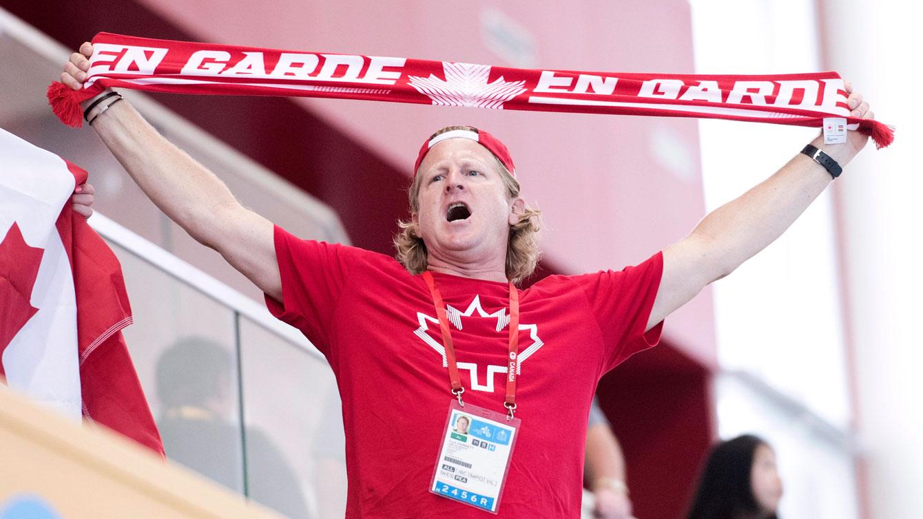 Le chef de mission Curt Harnett encourage Équipe Canada au water-polo féminin lors des Jeux panaméricains de Toronto 2015.