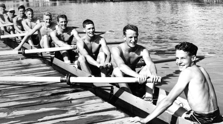 des rameurs torses nus dans une embarcation d'aviron
