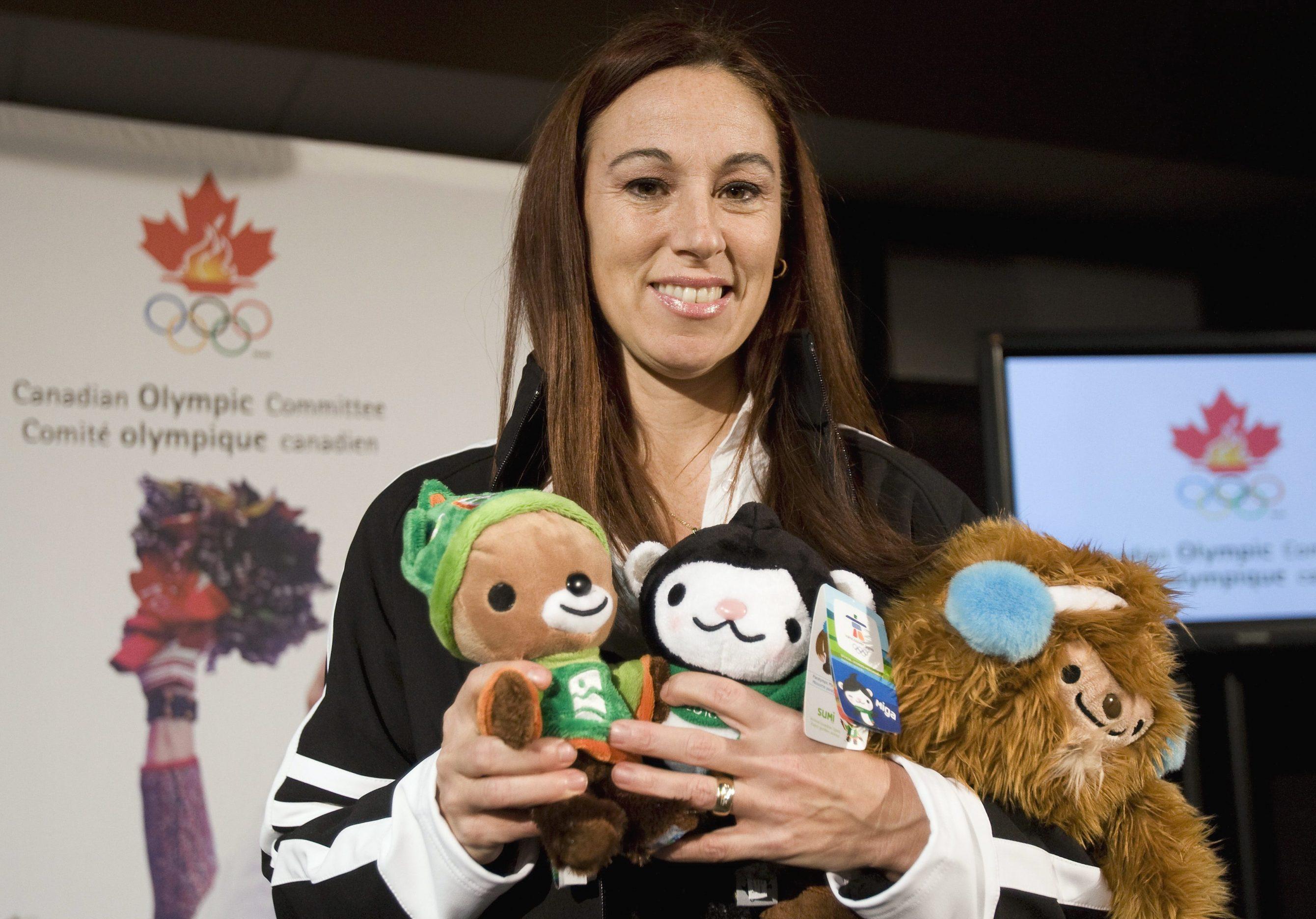 L'Olympienne Nathalie Lambert tient les mascottes olympiques après avoir été nommée chef de mission d'Équipe Canada pour les Jeux d'hiver de Vancouver 2010, à un événement à Vancouver le lundi 10 décembre 2007.