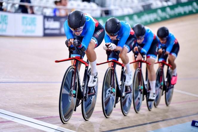 quatre femmes se suivent lors d'une course de poursuite par équipes dans un vélodrome