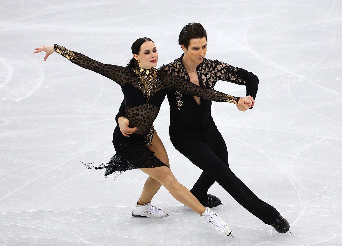Deux patineurs de danse sur glace effectuent un virage S (anciennement appelé un choctaw)