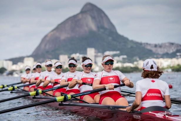 Huit rameuses dans une embarcation d'aviron à Rio de Janeiro
