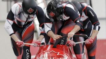 Quatre bobeurs en début de course de bobsleigh
