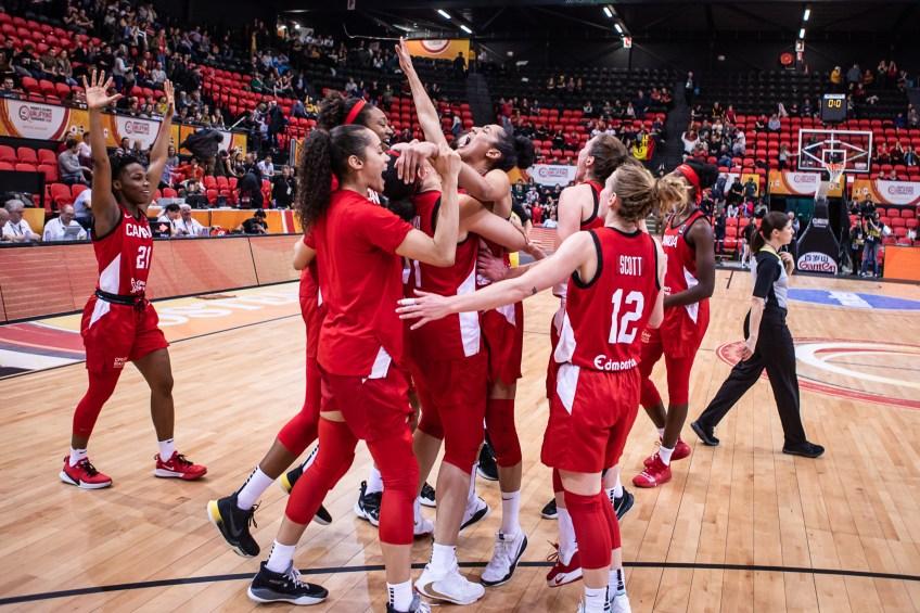 L'équipe féminine de basketball célèbre une victoire.