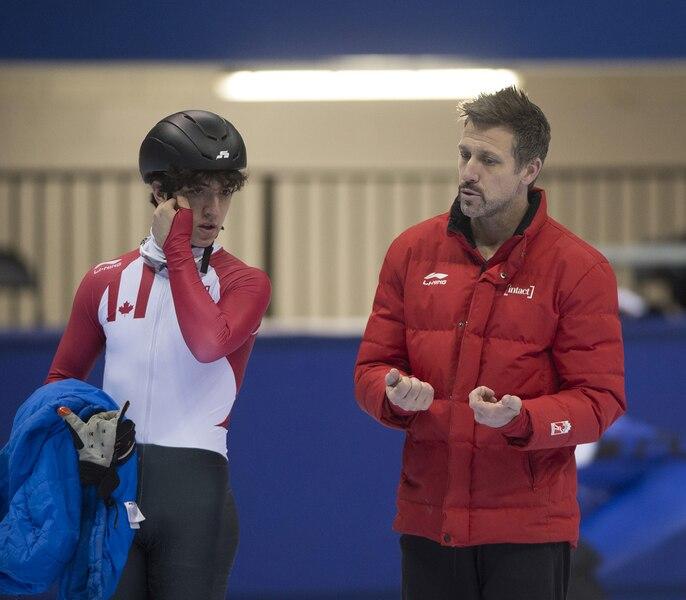 Marc Gagnon d'Équipe Canada donne ses conseils à un de ses athlètes de patinage de vitesse sur courte piste en tant qu'entraîneur du Centre régional canadien d'entraînement.