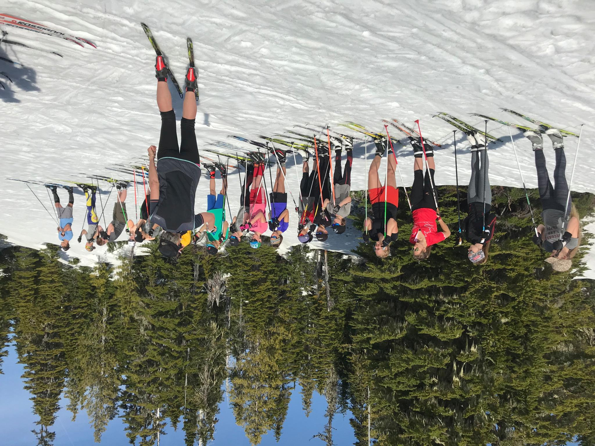 Heather Clarke et Andrea Schreiner Stapff enseignent aux jeunes du club de ski de fond de Strathcona