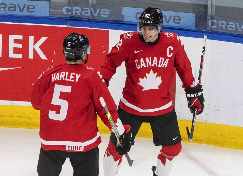 Tomas Harley et Dylan Cozens célèbrent leur but en première période contre la Finlande au Mondial de hockey junior le 31 décembre 2021 à Edmonton, en Alberta.