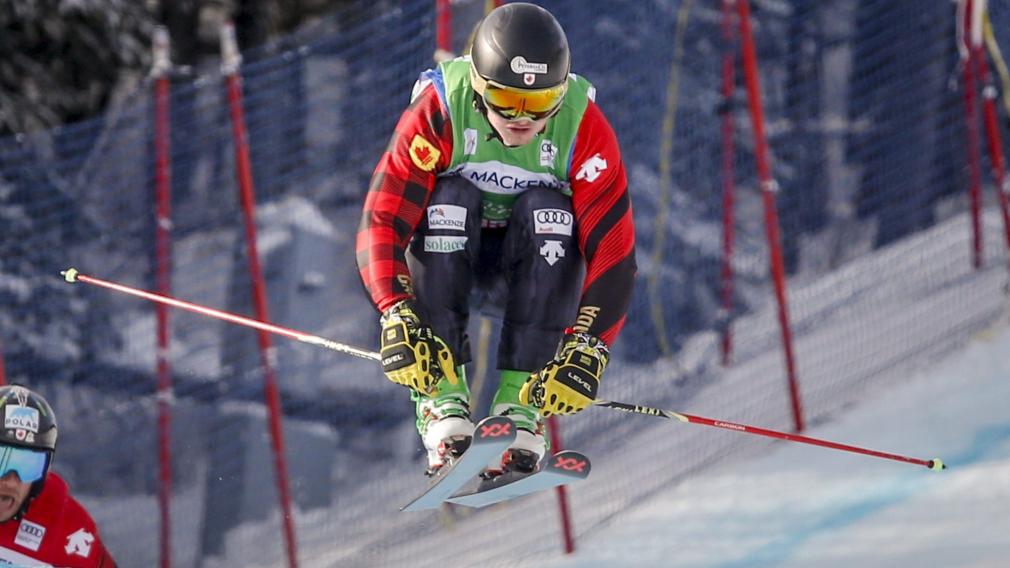 Reece Howden du Canada skie jusqu'à la victoire lors de la demi-finale de Coupe du monde de ski cross masculin à Kananaskis, Atlanta, le 18 janvier 2020.