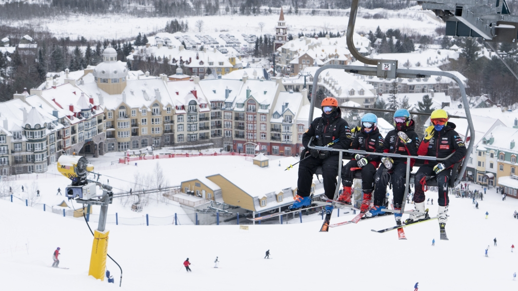 Des skieurs dans un remonte-pente au Mont-Tremblant
