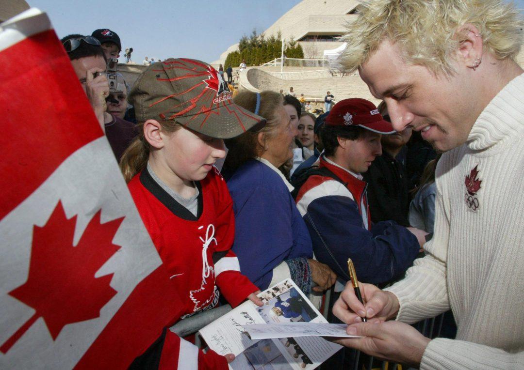 Marc Gagnon, médaillé olympique en patinage de vitesse de courte piste, signe des autographes lors d'un hommage aux médaillés olympiques et paralympiques canadiens au Musée de la civilisation de Gatineau, QC. Le lundi 15 avril 2002.(CP PHOTO/Jonathan Hayward)