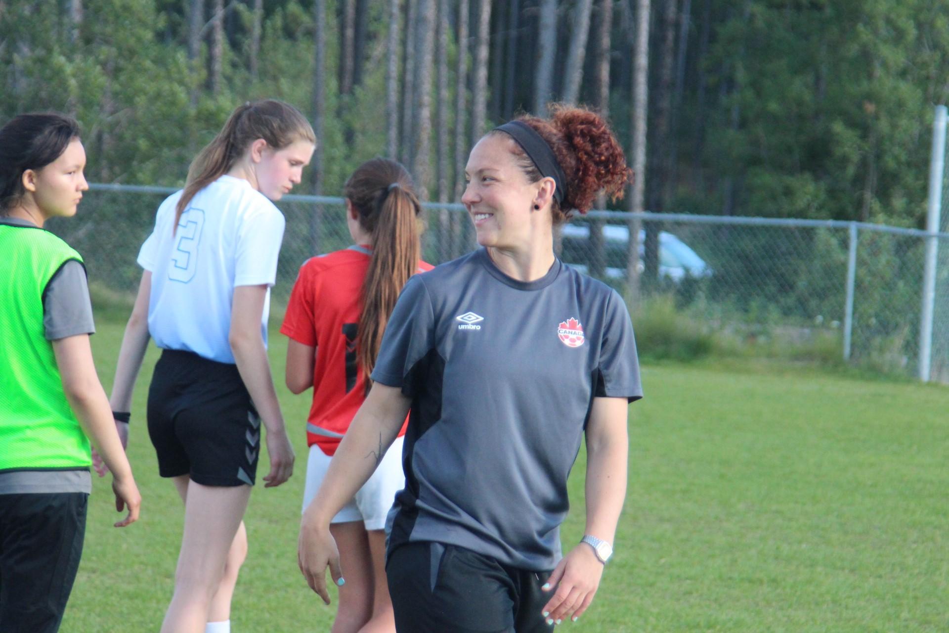 Carmelina Moscato sur un terrain de soccer.