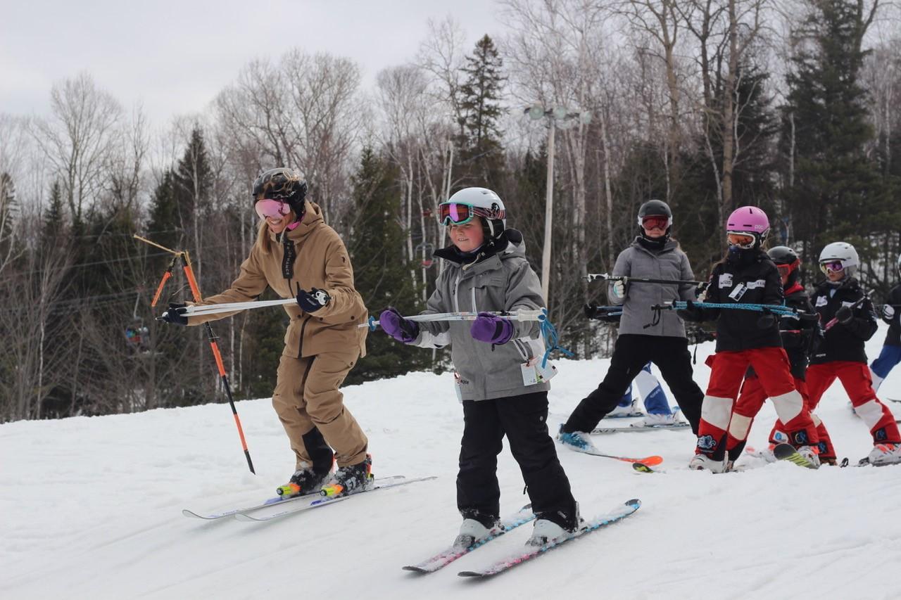 Chloé Dufour-Lapointe donne une leçon de ski à des jeunes dans le cadre du Camp 3SDL.