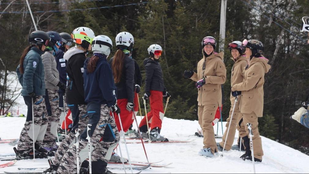Maxime, Chloé et Justine Dufour-Lapointe pendant une séance d'explications lors d'un camp de développement avec des jeunes skieurs.