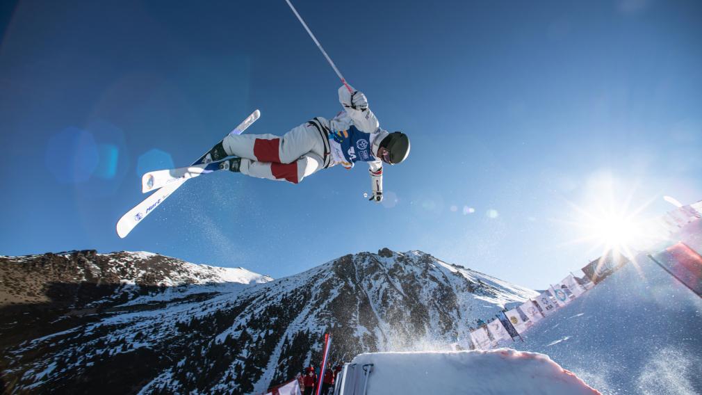 Un skieur acrobatique effectue un saut en compétition.