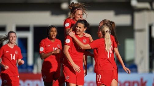 L'équipe féminine de soccer du Canada célèbre leur victoire.