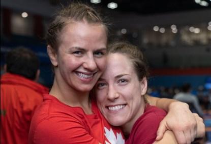 Erica Wiebe et Danielle Lappage font une accolade après s'être toutes les deux qualifiées pour TOkyo 2020 le 15 mars 2020 à Ottawa.