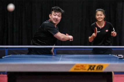 Eugene Wang (left) et Mo Zhang performent lors d'une ronde de qualification du ITTF d'Amérique du Nord à Kitchener, en Ontario, le dimanche 10 mars 2020.