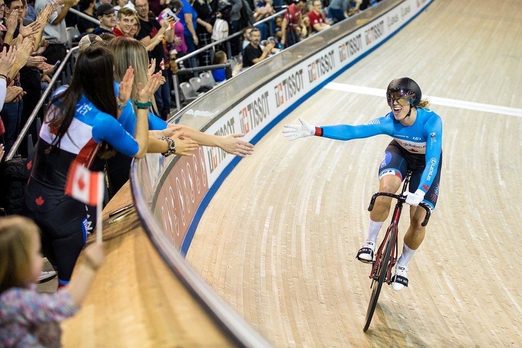 Kelsey Mitchell célèbre avec les partisans à la Coupe du monde de cyclisme sur piste à Milton, en Ontario.