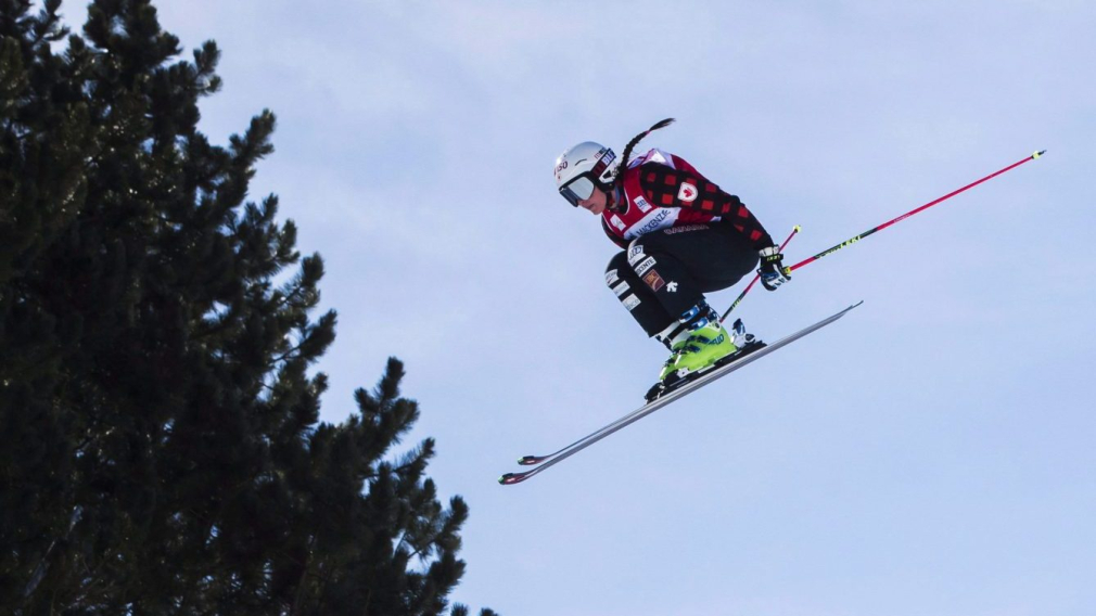 Marielle Thompson effectue un saut pendant une course de ski cross.
