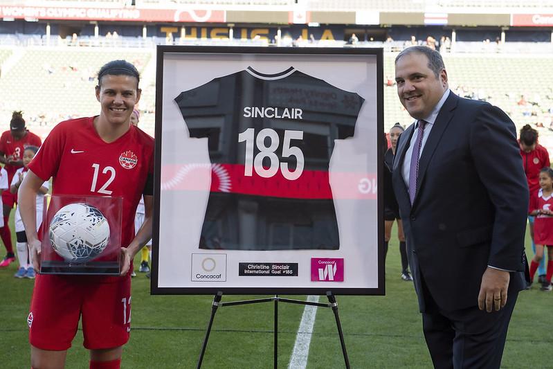 Christine Sinclair reçoit un maillot commémoratif de Victor Montagliani après être devenu la plus grande buteuse de l'histoire du soccer international.