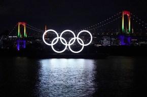 Les anneaux olympiques brillent au dessus de la baie de Tokyo dans la nuit
