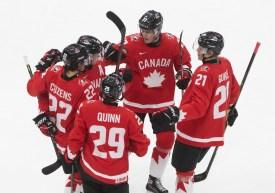 Les joueurs d'Équipe Canada célèbrent un but contre la Rébulique tchèque en quarts de final du Mondial Junior 2021 à Edmonton, en Alberta.