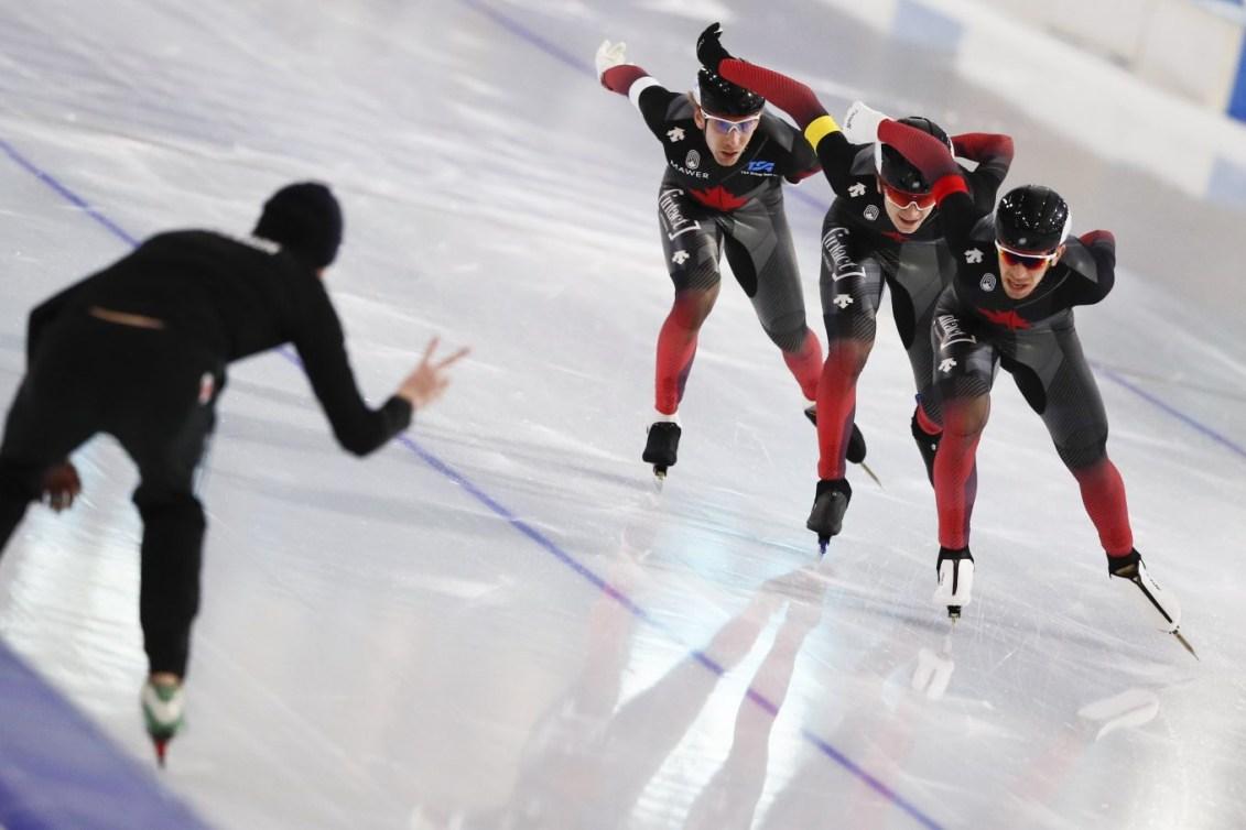 Équipe Canada en pleine course de patinage de vitesse