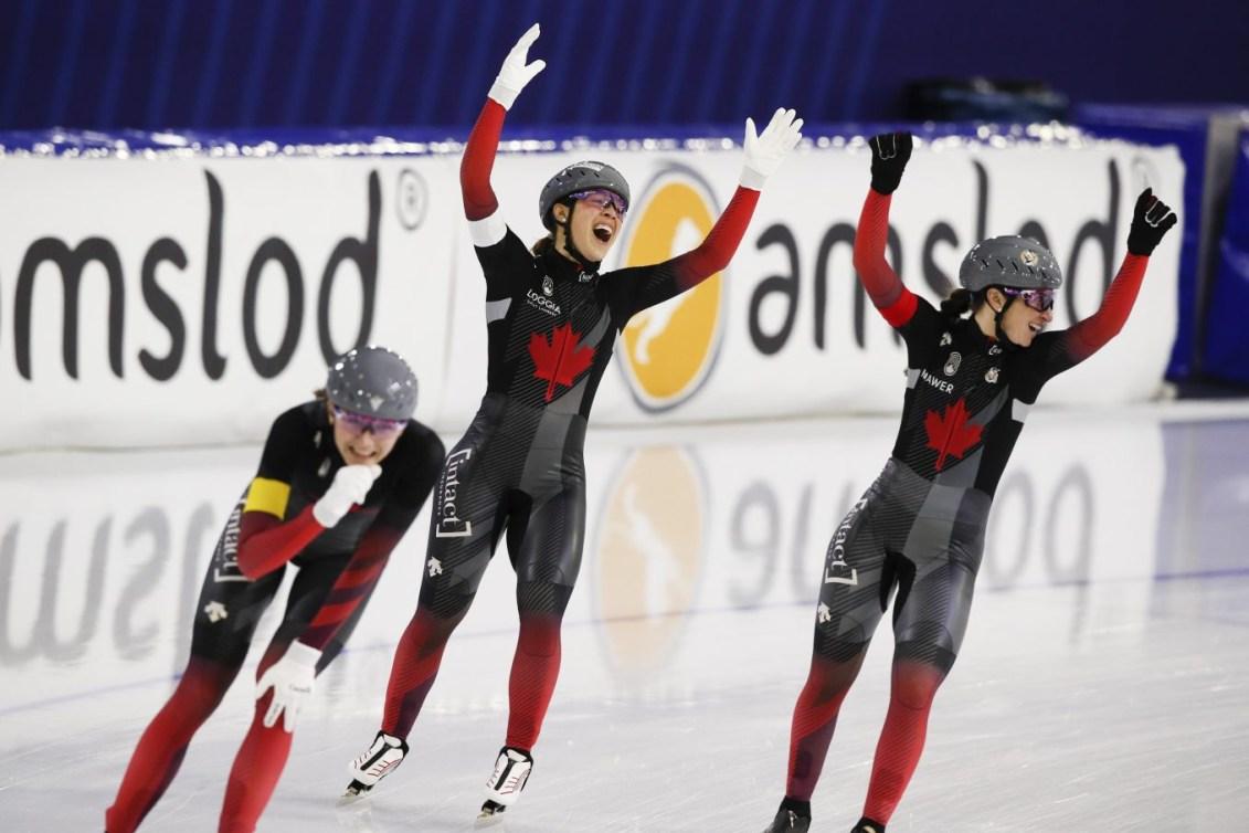 Valérie Maltais, Ivanie Blondin et Team Canada Isabelle Weidemann célèbrent un nouveau record de piste et leur victoire de la poursuite par équipes à la Coupe du monde de Heerenveen.