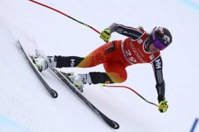 Une skieuse descend la piste